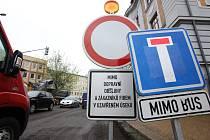 S uzavírkou Novohradské ulice v Českých Budějovicích musejí počítat řidiči do konce června.