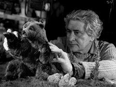 Anifilm, mezinárodní festival animovaných filmů v Třeboni, připomene příští rok snímky, které vytvořil Břetislav Pojar (na snímku z roku 1988 animuje loutku medvěda do filmu Medvědi).