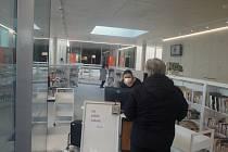 V nové knihovně na Lidické otevřeli ve středu výdejní okénko. První půjčenou knihou je finská kriminálka Důl.