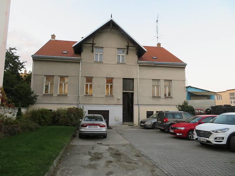 Štáb ČSSD v Českých Budějovicích na Rudolfovské ulici si užívá společné setkání, i když výsledky parlamentních voleb nejsou ideální.