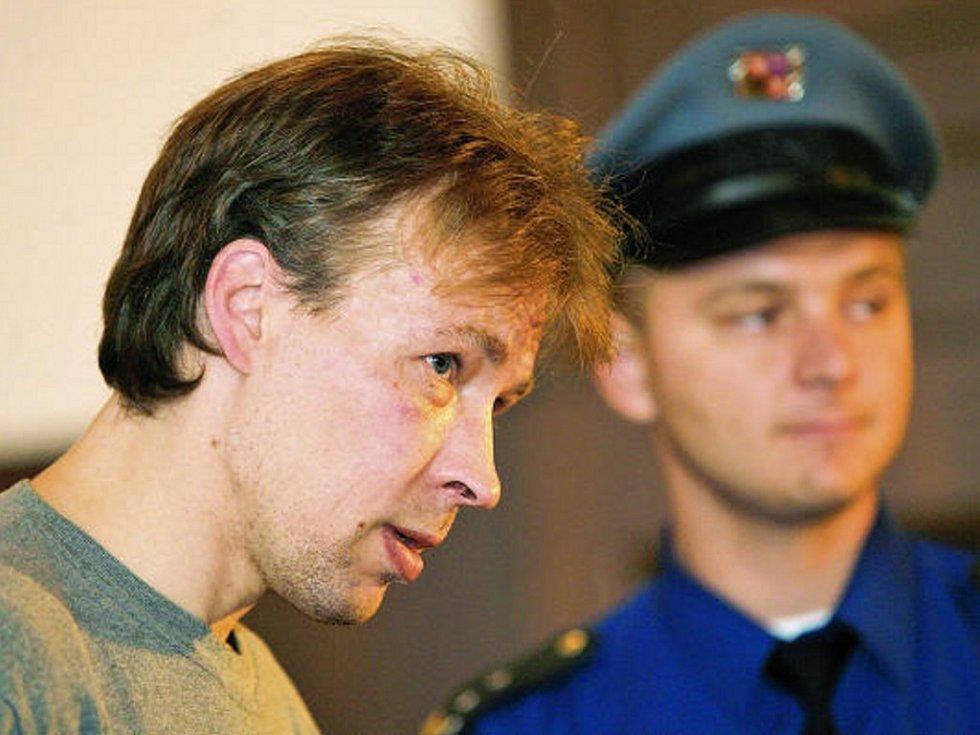 Jaroslav Steinbauer stojí před krajským soudem.
