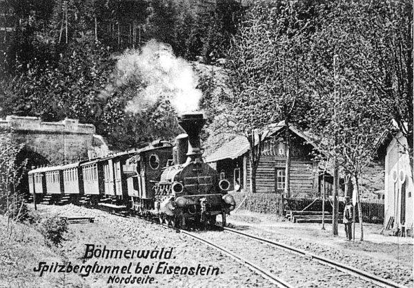 Kniha Svět šumavských železnic připomíná první lokálky, zajímavé vechtry, rašelinového mužíčka, zaniklé tratě, bufety ipřepravu cirkusů. Na snímku parní vlak ušpičáckého tunelu.