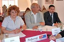 Vlasta Parkanová vede kandidátku Schwarzenbergovy strany. Vedle sedí  Vladimír Pavelka, Slavoj Dolejš.