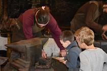 Velikonoční výzdoba i práce kováře naplnily sobotní odpoledne mnoha šikovných návštěvníků v novohradské historické kovárně.