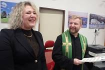 P. Marcin Želazny se starostkou Trhových Svinů Věrou Korčakovou 30. 11. při prezentaci poštovní známky s Emilem Háchou.