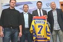 Prezident HC Motor Roman Turek, sportovní ředitel a trenér Radek Bělohlav a generální manažer Stanislav Bednařík se setkali s jihočeským hejtmanem Jiřím Zimolou.