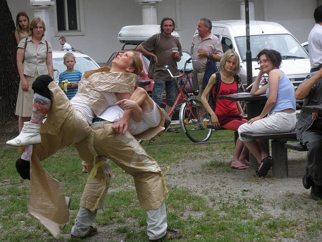 Divadlo Barevný děti se představilo na letní scéně.
