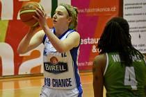 NEJLEPŠÍ zápas v ŽBL odehrála Barbora Holubová (vlevo). Na výhru s Ostravou to ale nakonec nestačilo.