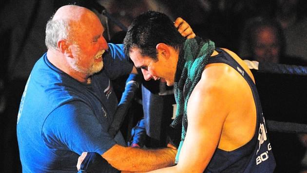 Marcel Kopečný (vpravo) přijímá gratulaci od svého trenéra Zdeňka Fabera.