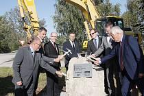 Slavnostní poklepání na základní kámen u dvora Švamberk nedaleko Ševětína zahájilo stavbu dalšího úseku dálnice D3.
