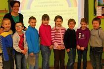 Na fotografii jsou s učitelkou Miloslavou Lafatovou zleva Adam Sodomka, Marek Pekař, Miroslav Jackov, Anna Vyžrálková, Denisa Kobernová, Ondřej Vlček, Ema Rysová a Michal Sodomka.