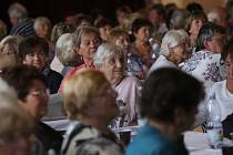 """Senioři si na závěr odpoledne """"Seniorské hrátky"""" užili koncert Josefa Laufra."""