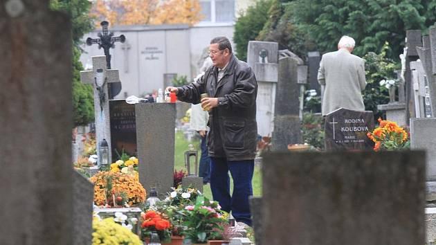 Památku všech zesnulých přišlo uctít velké množství lidí na hřbitov sv. Otýlie .