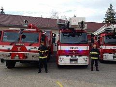 Tři kousky nové techniky získali jihočeští hasiči. Vyprošťovací automobil bude sloužit v Táboře, automobilové plošiny pak v Jindřichově Hradci a ve Strakonicích.