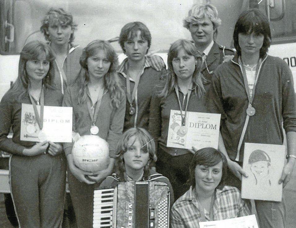 Hasičky. Družstvo dorostenek v roce 1982. Tehdy se mokerské hasičky umístily na 1. místě v krajské soutěži dorostenek v Týně nad Vltavou.
