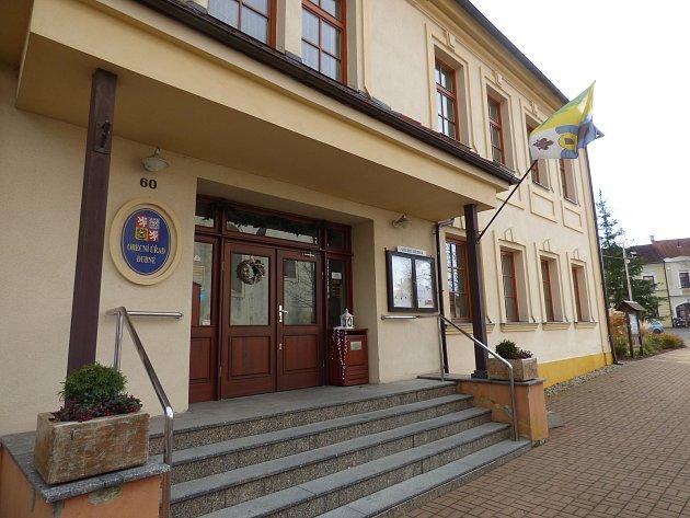 Dnes Obecní úřad Dubné, vminulosti sem však nejen děti místních chodily do školy.