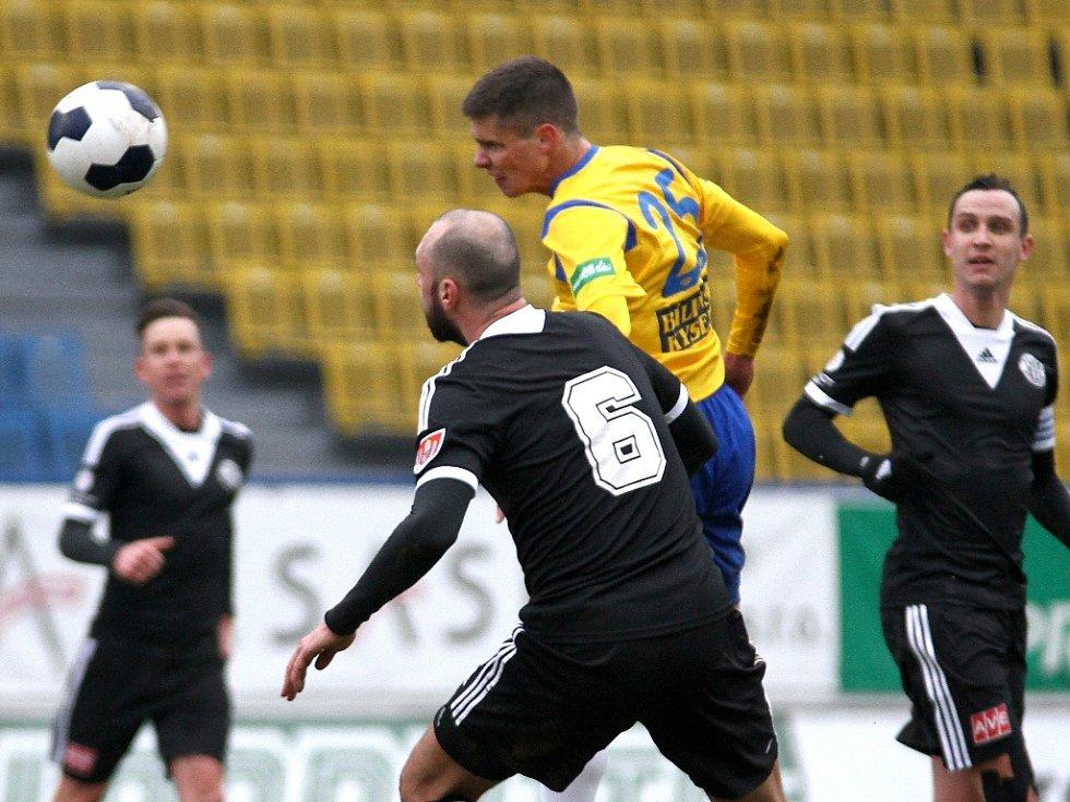Teplický Benjamin Balász hlavičkuje, gól ale nedal: Dynamo vyhrálo v předligové generálce v Teplicích 3:1.
