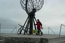 Dojel si na kole na severní výspu Evropy.