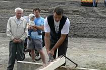 V Komařické kovárně Jaromíra Čížka bylo o víkendu pěkně rušno. Již počtvrté se zde totiž sešli příznivci starých řemesel. Na snímku je třicetiletý tesař Martin Šnajdr z Komařic.