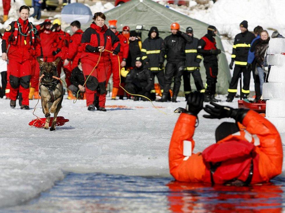 Stovka dobrovolných i profesionální záchranářů se na Lipně v Dolní Vltavici o víkendu 27. a 28. února cvičila v záchraně lidí, pod kterými se prolomil led.