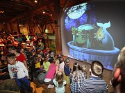 Písecká galerie Sladovna otevřela hravou výstavu Trnkova Zahrada 2. Ožívá v ní oblíbená kniha několika generací, kterou napsal Jiří Trnka. Děti pobaví mluvící velryba (na snímku), trpaslík, prolézačky či kočkodrom.
