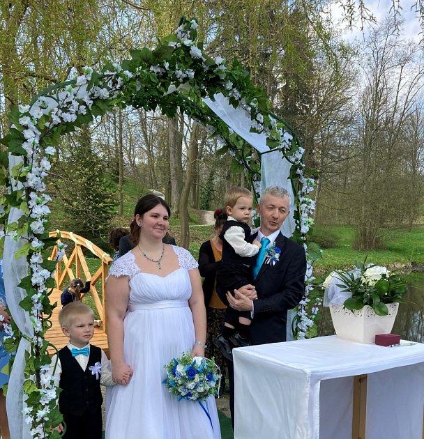 Pouze deset lidí včetně oddávajícího se zúčastnilo první letošní svatku vzámeckém parku uInfocentra JE Temelín