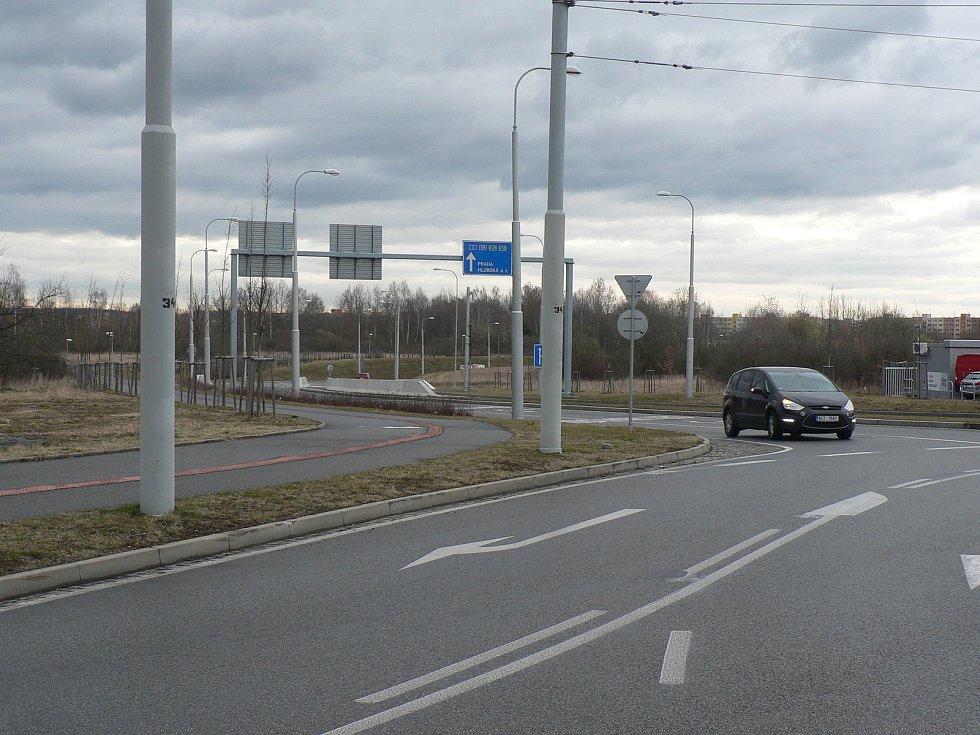 Českobudějovická sídliště Máj a Vltava spojila v roce 2018 nová silnice. V Husově třídě i Rošického ulici (na snímku) jsou kruhové křižovatky.