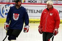 Václav Prospal (vlevo) na tréninku Motoru s asistentem trenéra Jaroslavem Jágrem.