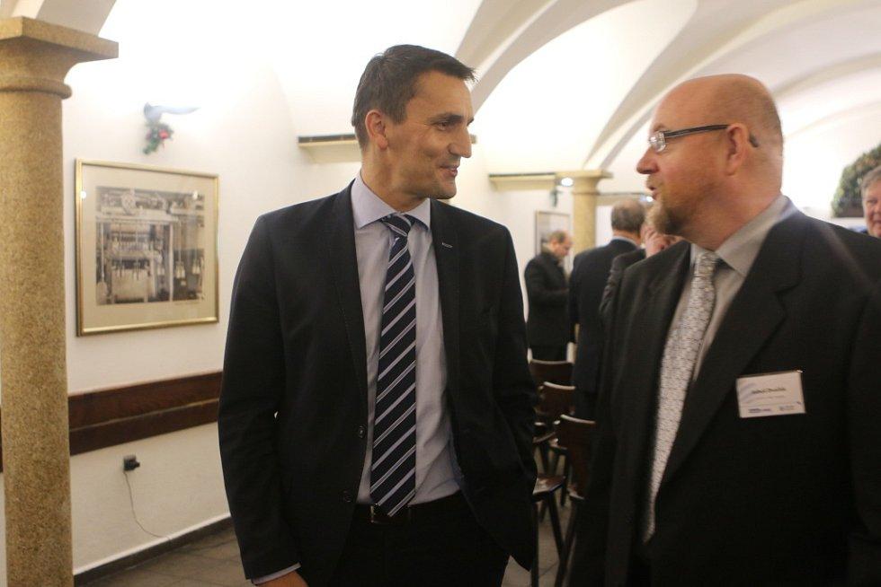 Setkání s hejtmanem Jihočeského kraje. Na snímku ředitel Jaderné elektrárny Temelín Bohdan Zronek (vlevo) a editor Deníku Luboš Dvořák.