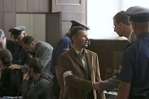Krajský soud v Českých Budějovicích končí dokazování ve věci tří obžalovaných z loupežného přepadení Vlastislava Břízy. Vpravo je hlavní obviněný František Kovalík.