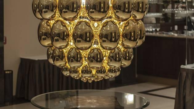 Taneční čaje se konají v hotelu Vita ve Skuherského ulici. Jeho nepřehlédnutelnou ozdobou je zlaté vejce.
