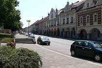 Náměstí v Trhových Svinech. Na jižní straně náměstí s velkým městským znakem nad vchodem se nachází historická budova radnice, kde sídlí městský úřad.