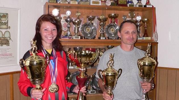 Zdeňce Ježkové pomáhá držet trofeje, mezi nimiž je i pohár mistra republiky, věnovaný ministrem vnitra Ivanem Langrem (v její levé ruce), trenér Jan Nýdl.