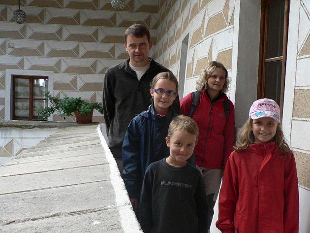 Návštěvníci si památky najdou i v září, jak o tom svědčí náš snímek z pátku ze tvrze Žumberk. Na fotografii jsme zachytili rodinu Kulasových z Čimelic na ochozu nad dvorem renesanční tvrze.