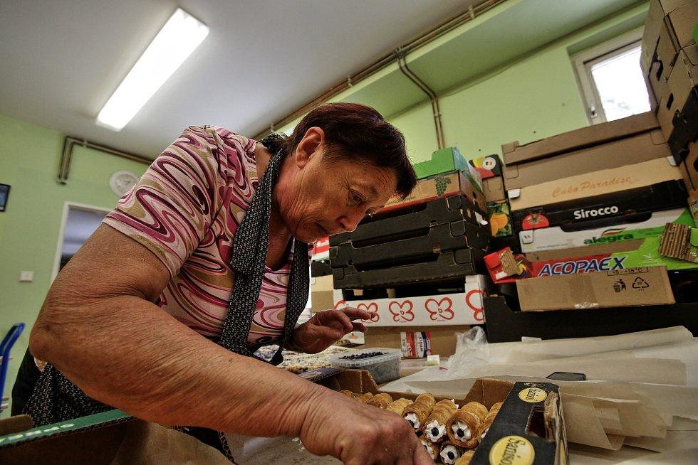 Borovany pečou ve velkém. 150 kg borůvek, 140 kg mouky, 30 kg tvarohu, 110 l mléka, 40 kg cukru, 120 vajec, 100 ks pudinků a 200 vanilkových cukrů. Dvacet borovanských žen už čtyři dny peče. Doteď napekly 150 plechů borůvkového koláče a budou pokračovat c