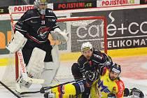 Takhle si chomutovský Petr Stloukal vyšlápl na útočníka Motoru Davida Gilberta, přihlíží gólman Dominik Pavlát.