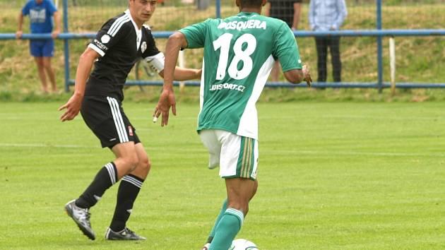 Jiří Funda v zápase Dynama s Bohemians 1905 (3:3) bojuje s Mosquerou.