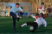Jan Hrbek (vlevo) dal v turnaji na Hluboké krásný třetí gól Lažišť do sítě Dřítně. Na snímku se jeho střelecký pokus marně snaží zblokovat zkušený stoper Miroslav Kovařík.