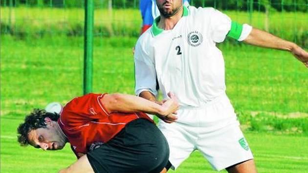 Tomáš Pintér (vpravo v souvoji s třeboňským Evženem Vohákem) v sobotu proměnil ve dva góly obě penalty Roudného.