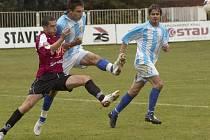 Středeční pohárovou generálku v Chebu fotbalisté Dynama i v kombinované sestavě zvládli (vlevo Marek Plichta v souboji s obranou Chebu), uspějí i v zítřejší lize doma s Mostem?