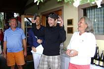 Zvesela přebíral ocenění vítěz jednoho z mnoha golfových turnajů v Hluboké nad Vltavou Michal Tesař.V soutěžním výboru zasedali Milada Faensen-Ťupová (vpravo), manažer GKHNV Antonín Loužek a Ladislav Ťupa (vlevo).