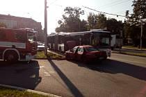Na Mariánském náměstí v Českých Budějovicích se srazil osobní automobil s autobusem. Osobní automobil jel v protisměru.
