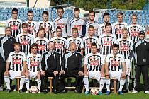Dorostenci Dynama, vedení svými trenéry Janem Dvořákem a Pavlem Tobiášem (oba sedí uprostřed) mají za sebou úspěšný podzim.
