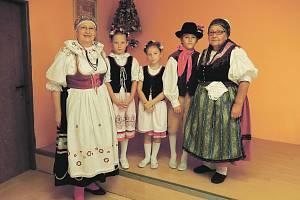Spolku Baráčníků ráda věnuje mnoho důchodového času a práce syndička Jaroslava Svobodová (na snímku vpravo, vlevo rychtářka Jaroslava Fialová).