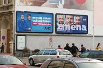 Součástí vrcholící předvolební kampaně jsou i reklamní poutače všech druhů. Podívejte se, jak se snaží na sebe upozornit jednotliví kandidáti do voleb do Poslanecké sněmovny v jižních Čechách.
