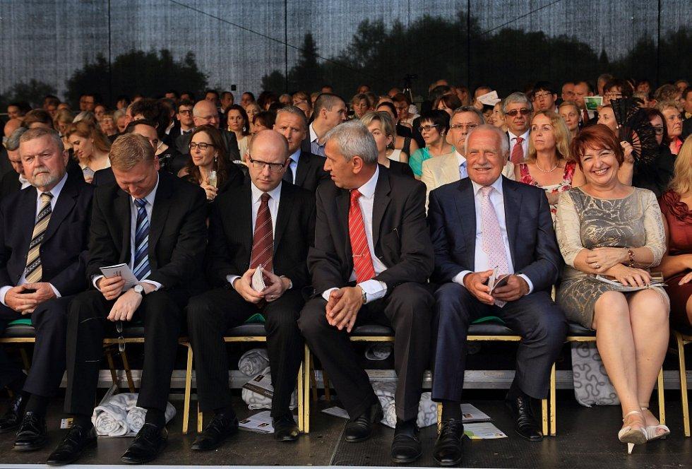 Tenorista Jonas Kaufmann zahájil 18. července Mezinárodní hudební festival v Českém Krumlově. Na snímku druhý zprava Václav Klaus, vedle něho ředitel MHF Jaromír Boháč a vedle Bohuslav Sobotka.