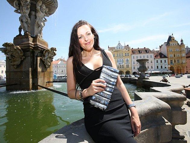 Jednu z prvních kabelek věnovala mluvčí českobudějovické nemocnice a členka organizačního týmu charitativní akce Ivana Kerlesová.