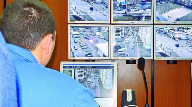 Situaci v Českých Budějovicích nepřetržitě ukazuje městským policistům  12 monitorů, které přebírají signál z 23 kamer. Ty sledují například i důležité křižovatky.