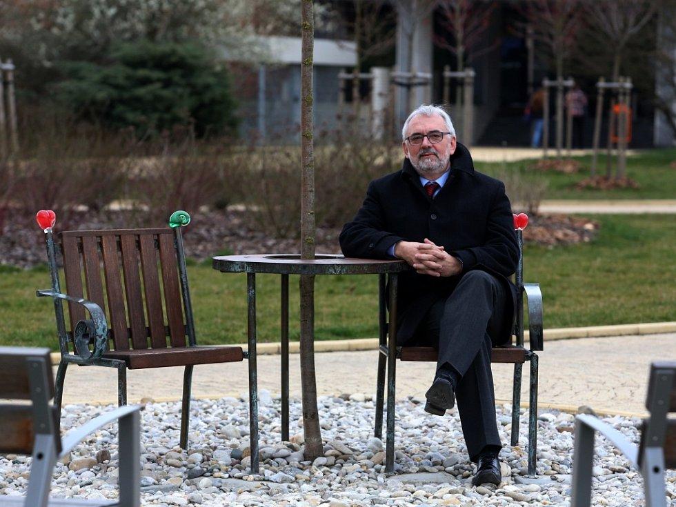 Libor Grubhoffer ve středu vyklízel poslední věci z rektorské pracovny. Brzy ji předá novému šéfovi Jihočeské univerzity Tomáši Machulovi.