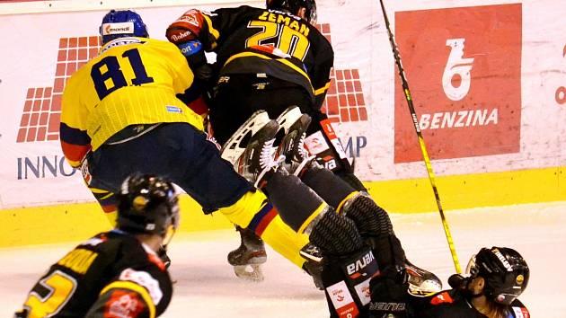 Obránce Motoru René Vydarený (ve žlutém) posadil na zadek litvínovského Františka Gerháta, s kotoučem uhání jeho spoluhráč Denis Zeman. Ze severu Čech se českobudějovičtí hokejisté vrátili s prázdnou.